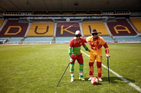 Futbalisti Dukly a Viktorky vyskúšali simulátor staroby. Neskutočná zábava, kedy tuhne úsmev v protézach.