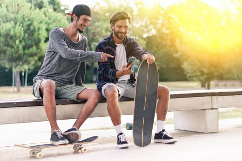 Kamoši lepší než partnerka? Štúdia zistila, že mladých mužov viac emocionálne uspokojuje priateľstvo s mužom než romantický vzťah