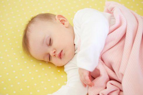 Ako naučiť novorodenca spať a nezošalieť pri tom? Päť tipov pre zdravý mimi spánok