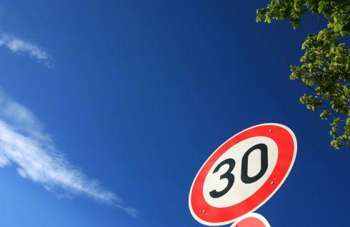 Zachovajte paniku: Spomaliť na tridsiatku plošne nemusíme