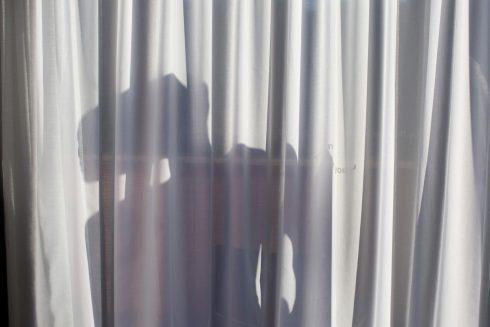 Muž na záclone. Japonci prichádzajú s tieňovým opatrením proti zlodejom