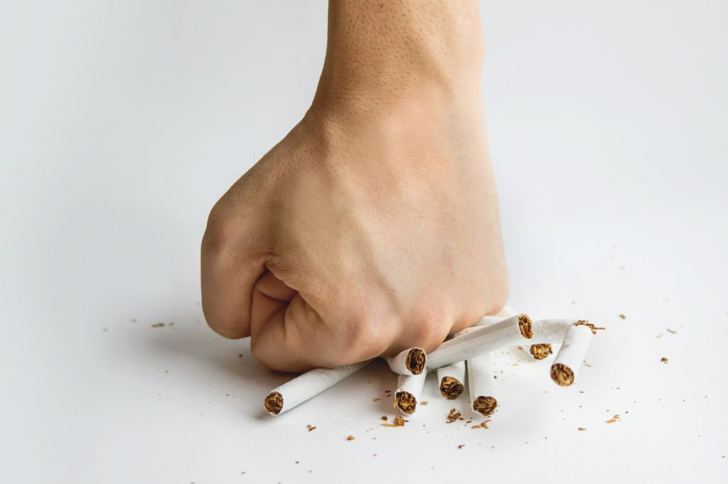 prebudení do fajčenia veľký péro nohy