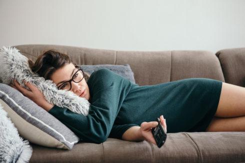 Odpočinok pri televízii vám paradoxne môže uškodiť
