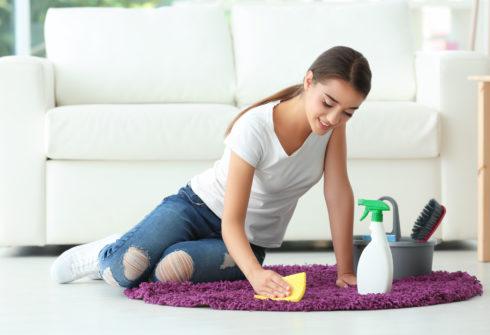 Ako upratať po náročnom večierku?